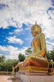 Статуи Будды, большой золотой желтый цвет Против фона brigh Стоковая Фотография
