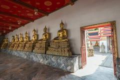 Статуи Будды и открыть дверь на виске Wat Pho Стоковое фото RF