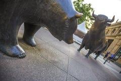 Статуи быка и медведя фондовой биржи Франкфурта Германии Стоковые Фото