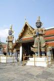Статуи входа & попечителя Wat Phra Kaew в Бангкоке, Таиланде, Азии стоковые фотографии rf