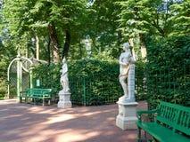 Статуи в саде лета в Санкт-Петербурге, России Стоковое Изображение RF