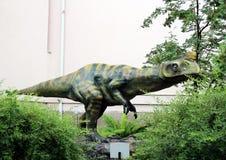 Статуи динозавров и потухших животных в дворе музея Дарвина положения Стоковые Фотографии RF