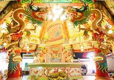 Статуи дракона вокруг каменных штендеров украсили с яркими светами в китайских висках Стоковое Изображение