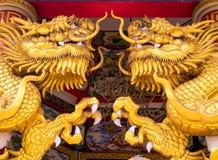 Статуи дракона золота в китайских религиозных местах Стоковые Фотографии RF