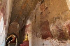 Статуи и коридор Будды внутри виска в Bagan Стоковая Фотография