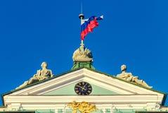Статуи и национальный флаг на верхней части здания обители Стоковое фото RF