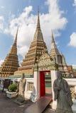 Статуи и chedis на виске Wat Pho в Бангкоке Стоковое Изображение