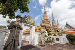 Статуи и chedis на виске Wat Pho в Бангкоке Стоковые Фото
