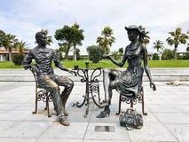 Статуи конспекта архитектурноакустические чая людей выпивая на бульваре взморья Батуми или пляже Батуми Грузия, Батуми, 17-ое апр стоковые изображения rf