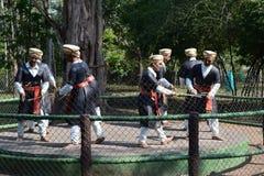 Статуи людей kodava делая народный танец стоковая фотография