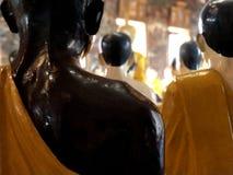Статуи монаха на Wat Siuthat в Бангкоке Стоковые Фотографии RF
