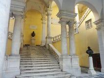 Статуи на лестнице, университете Генуи, Италии стоковая фотография
