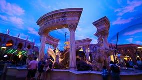 Статуи на магазинах форума дворца Caesars с искусственными небесами и световыми эффектами стоковые фото
