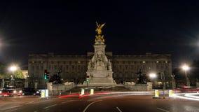 Статуи перед Букингемским дворцом к ноча Стоковая Фотография