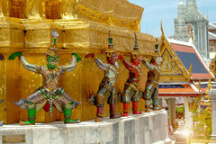 Статуи попечителя демона гигантские стоят вокруг пагоды и руки к li Стоковое Фото