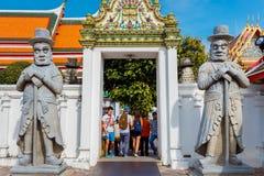 Статуи попечителя на Wat Pho (виске Pho) в Бангкоке Стоковая Фотография