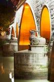 2 статуи дракона на ноче на мосте Anshun в Чэнду Стоковая Фотография RF