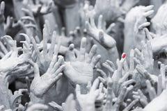 Статуи руки белизна wat Таиланда виска задачи rong rai khun красивейшего chiang привлекательностей искусства культурная чувствите стоковые изображения rf
