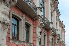 Статуи Atlantes на здании на Nevsky Prospekt стоковая фотография rf