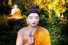 Статуи Buddhas серии в саде Loumani Будды Hpa-An, Мьянма b стоковое фото