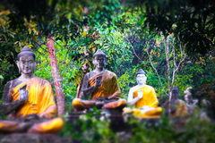 Статуи Buddhas серии в саде Loumani Будды Hpa-An, Мьянма ( стоковые изображения rf