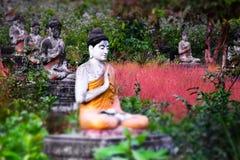 Статуи Buddhas серии в саде Loumani Будды Hpa-An, Мьянма ( стоковое изображение