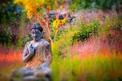Статуи Buddhas серии в саде Loumani Будды Hpa-An, Мьянма ( стоковое изображение rf