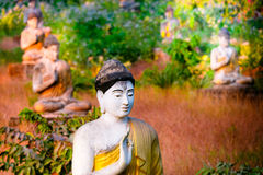 Статуи Buddhas серии в саде Loumani Будды Hpa-An, Мьянма (b стоковые фотографии rf