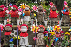 Статуи Jizo на кладбище виска Zojo-ji, токио, Японии Стоковое Изображение RF