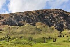 Статуи Moai в вулкане Rano Raraku, острове пасхи, Чили Стоковые Изображения