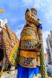 Статуи Ravana гигантские защищая парадный вход в вертикали Стоковая Фотография RF