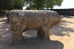 Статуи Toros de Guisando принятого в El Tiemblo Испанию стоковая фотография