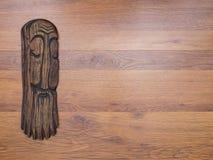 Статуэтка старейшины на деревянной предпосылке Стоковое Изображение RF