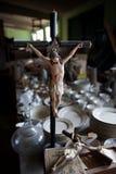 статуэтки jesus распятия хранят хозяйственность стоковое изображение rf
