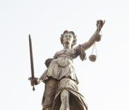 Статуя дамы Правосудия в городе Франкфурта-на-Майне, Германии Стоковая Фотография RF