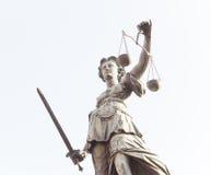 Статуя дамы Правосудия в городе Франкфурта-на-Майне, Германии Стоковое фото RF