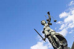 Статуя дамы Правосудия в Франкфурте, Германии стоковые изображения rf