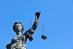 Статуя дамы Правосудия перед Romer в Франкфурте стоковые фото