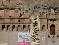 Статуя ангела вдоль моста Sant Angelo стоковые изображения