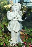 Статуя ангела играя скрипку в парке Стоковые Изображения RF