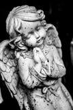 статуя ангела моля стоковая фотография