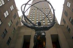 Статуя атласа перед зданием Рокефеллер стоковые изображения