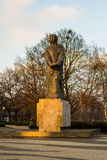 Статуя Адам Мицкевич в золотом часе стоковое изображение