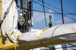 Статуя Барселоны Christopher Columbus осмотрела throug такелажирование парусного судна Стоковое фото RF
