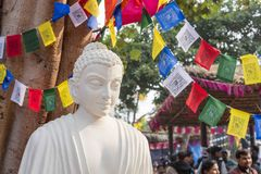 Статуя белого цвета мраморная лорда Будды, основателя Buddhishm на фестивале Surajkund в Фаридабаде, Индии Стоковое фото RF