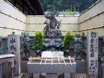 Статуя бога дворца Киото золотая Стоковая Фотография