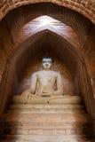 Статуя Будды внутри виска в Bagan Стоковое Изображение RF