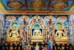 статуя Будды в золотом монастыре стоковая фотография rf