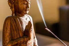 Статуя Будды Дзэн деревянная стоковое изображение rf