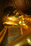 статуя Будды золотистая возлежа Стоковое фото RF